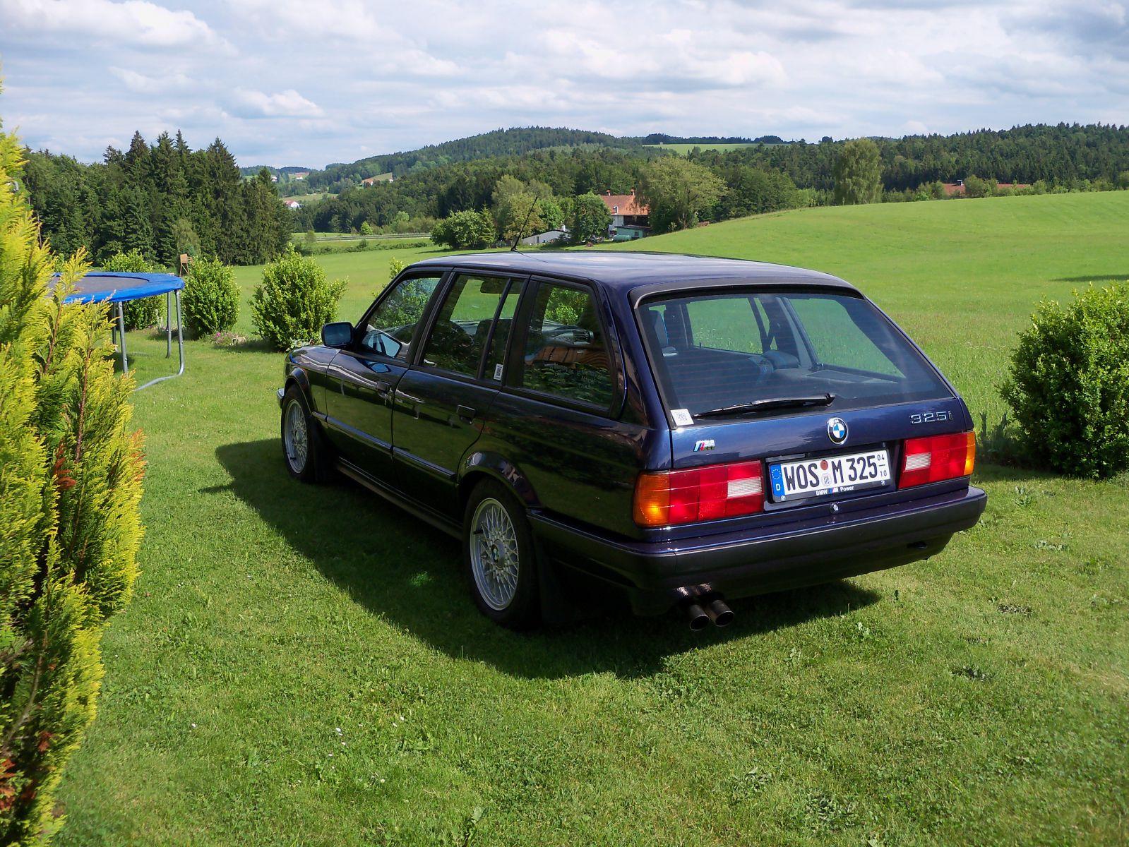 Royalblauer 325i Touring auf dem Heimischen Rasen