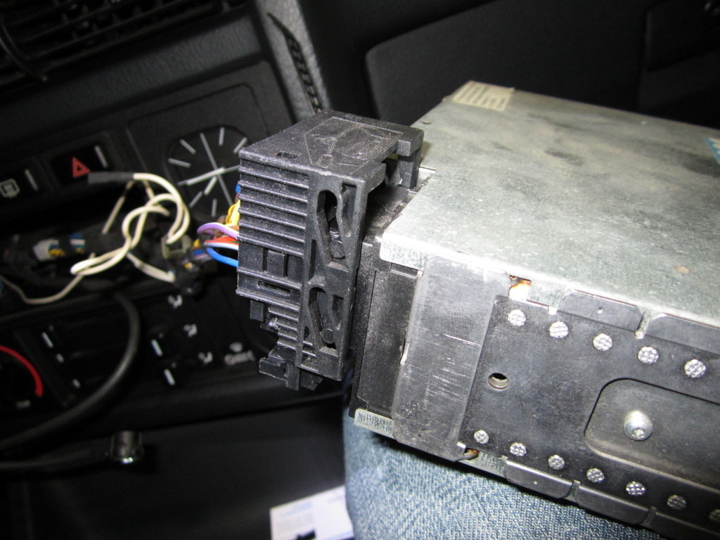 Original BMW Radio Stecker abziehen - Car-HiFi & Navigation - E30 ...